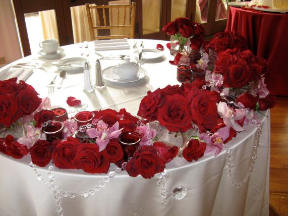 red-rose-crystals-sweetheart-table